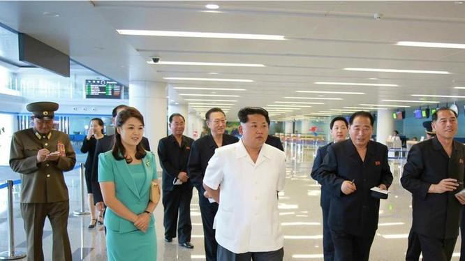 Ông Kim Jong Un và phu nhân trong một chuyến thị sát không được ghi ngày