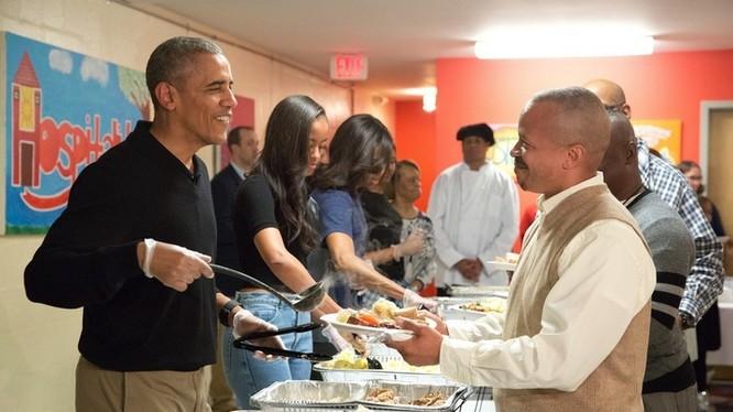 Ngày 25/11/2005, tại Washington, gia đình tổng thống Obama phục vụ bữa tối cho những người vô gia cư và quân nhân về hưu của Mỹ trong ngày Lễ Tạ ơn.