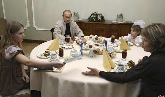 Gia đình tổng thống Putin khi 2 cô con gái còn nhỏ