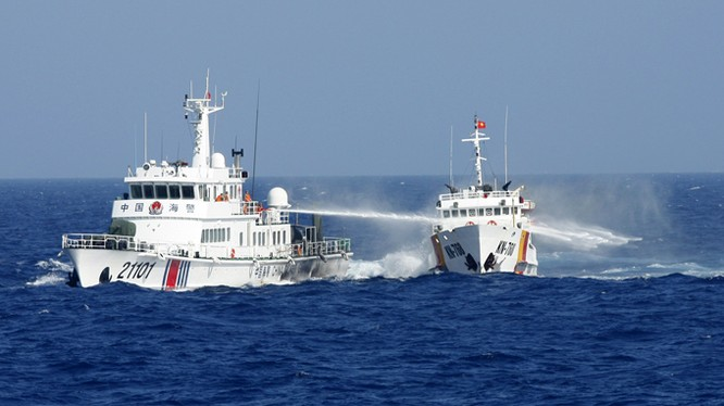 Hình ảnh tàu Trung Quốc hung hăng xịt vòi rồng vào tàu Việt Nam trong vụ khủng hoảng giàn khoan Hải Dương 981 năm 2014