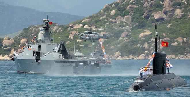 Tàu ngầm Kilo và chiến hạm Gepard với trực thăng chống ngầm của hải quân Việt Nam trên vịnh Cam Ranh