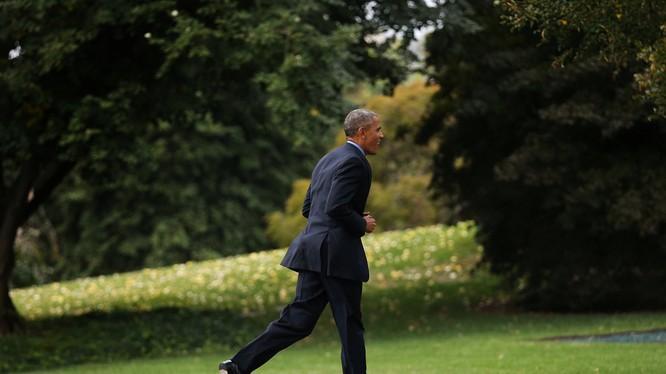 Ông Obama chạy về nhà lấy điện thoại trước khi lên đường đến Chicago