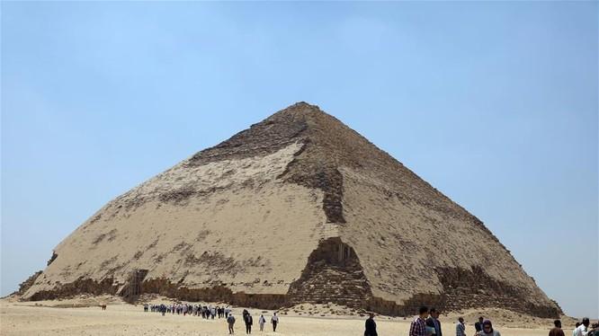 Hôm qua 13/7, Bộ Cổ vật Ai Cập đã chính thức khai mạc và mở cửa Kim tự tháp Bent 4.600 năm tuổi tại nghĩa địa hoàng gia Dahshur ở tỉnh Giza phía nam thủ đô Cairo. Nguồn ảnh: Xinhua