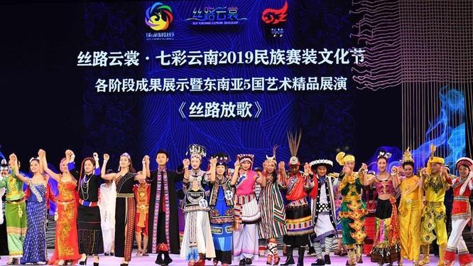 Lễ hội thời trang các dân tộc châu Á vừa được tổ chức tại tỉnh Vân Nam Trung Quốc với sự tham gia của nhiều quốc gia châu Á hôm 24/7 vừa qua.