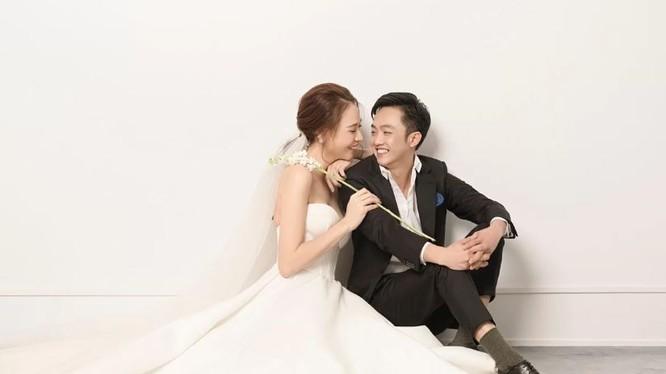 Đám cưới doanh nhân Cường Đôla và ca sĩ Đàm Thu Trang diễn ra tối 28/7 tại Quận 1, TP HCM.