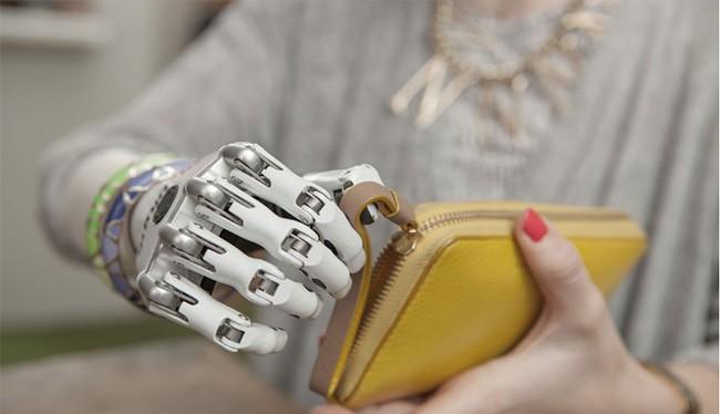 Con người trong tương lai sẽ là sự kết hợp giữa người và máy móc (ảnh: Futurism)