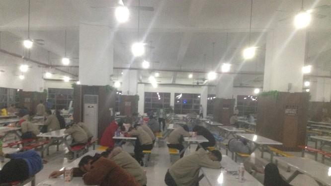 Công nhân kiệt sức sau giờ làm việc. Nguồn: China Labour Watch