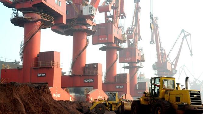 Quá trình khai thác và vận chuyển đất hiếm ở một mỏ thuộc tỉnh Giang Tô, Trung Quốc. Ảnh: Reuters