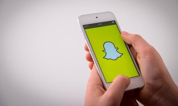 Barnardo cảnh báo rằng Snapchat, Instagram và Twitter đang có tác động 'đáng lo ngại' đối với sức khỏe cũng như tâm lý của những người dưới 18 tuổi. Ảnh: The Guardian