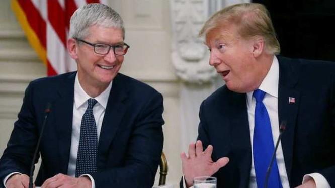 Giám đốc điều hành hãng Apple, Tim Cook và Tổng thống Mỹ Donald Trump. Ảnh: Reuters