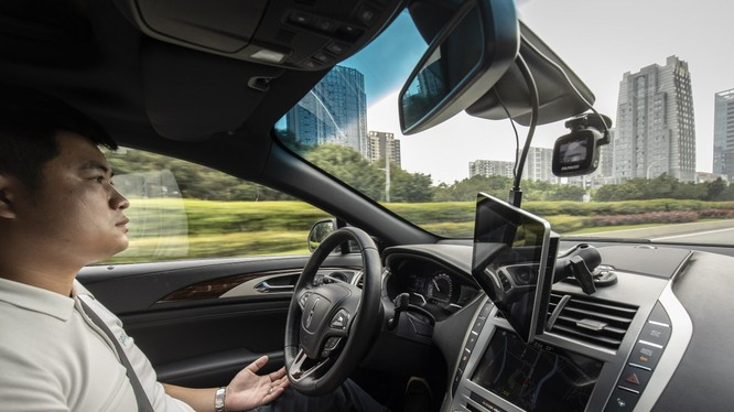 Một nhân viên ngồi trong xe tự lái do công ty Pony.ai sản xuất. Ảnh: SCMP