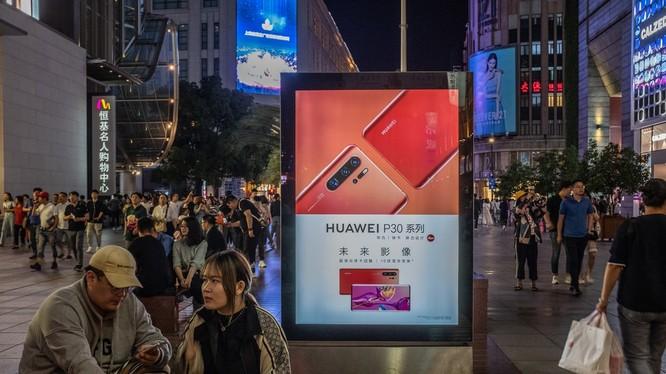 """Các nhà cung cấp chip của Mỹ vẫn """"lách"""" lệnh cấm, bán thiết bị cho Huawei. Ảnh: NY Times"""
