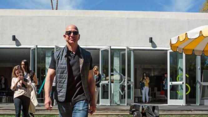 Tỷ phú Jeff Bezos, CEO của Amazon tại Hội nghị MARS. Ảnh: CNBC