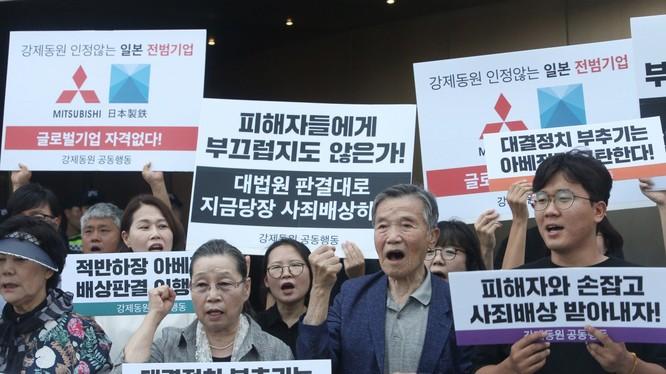 Người dân Hàn Quốc biểu tình kêu gọi tẩy chay hàng hóa Nhật Bản. ảnh: SCMP