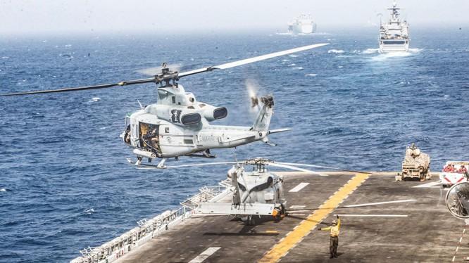 Một máy bay trực thăng UH-1Y Venom cất cánh từ sàn máy bay của tàu tấn công đổ bộ USS Boxer ở eo biển Hormuz, ngày 18.7.2019. Ảnh: Engadget