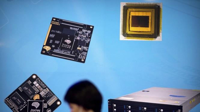 Đề xuất áp thuế mới của Tổng thống Trump sẽ đánh vào hầu hết tất cả các sản phẩm công nghệ bao gồm máy tính xách tay, điện thoại thông minh, máy chơi game video, máy in, TV và màn hình - tất cả đều liên quan đến chip bán dẫn. Ảnh: SCMP