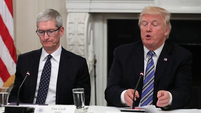 CEO AppleTim Cook (trái) và Tổng thống Mỹ Donald Trump (phải). Ảnh: Gizchina