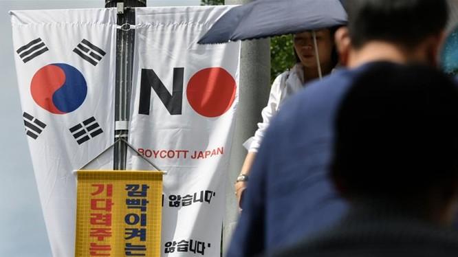Hàn Quốc đã cam kết sẽ chi một nghìn tỷ won (850 USD) mỗi năm để trợ cấp cho chuỗi cung ứng chip nội địa trong bối cảnh Nhật Bản thắt chặt lệnh hạn chế xuất khẩu vật liệu công nghệ cao sang nước này. Ảnh: AI Jazeera