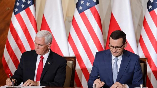 Phó Tổng thống Hoa Kỳ Mike Pence (trái) và Tổng thống Ba Lan Andrzej Duda (phải) đã ký kết một thỏa thuận chung liên quan đến an ninh mạng 5G. Ảnh: Gizchina