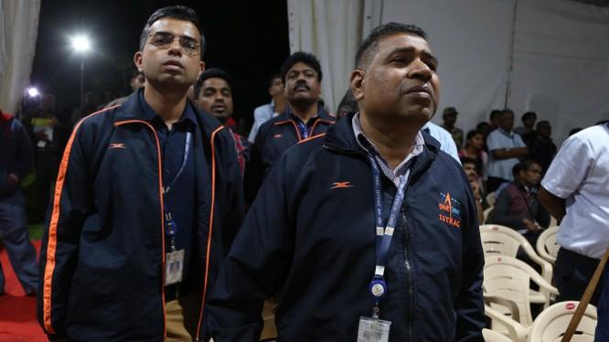 Sự thất vọng hiện diện trên khuôn mặt của các nhân viên thuộc cơ quan ISRO khi họ nhận được thông báo tàu đổ bộ lên Mặt Trăng của cơ quan này bị mất tín hiệu. Ảnh: Nikkei Asian Review