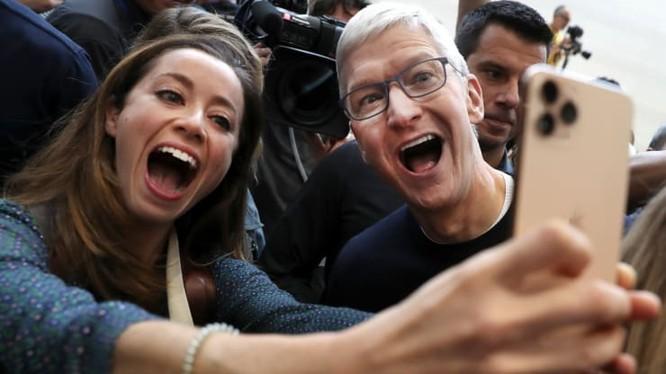 CEO Apple - Tim Cook chụp ảnh selfie với một người tham dự sự kiện ra mắt sản phẩm mới của công ty vào ngày 10-09-2019. Ảnh: CNBC