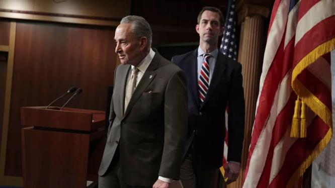 Thượng nghị sĩ Tom Cotton (phải), và Chuck Schumer (trái) đang yêu cầu FCC xem xét lại việc cấp giấy phép cho hai nhà cung cấp dịch vụ viễn thông Trung Quốc trong bối cảnh lo ngại về an ninh. Ảnh: CNET
