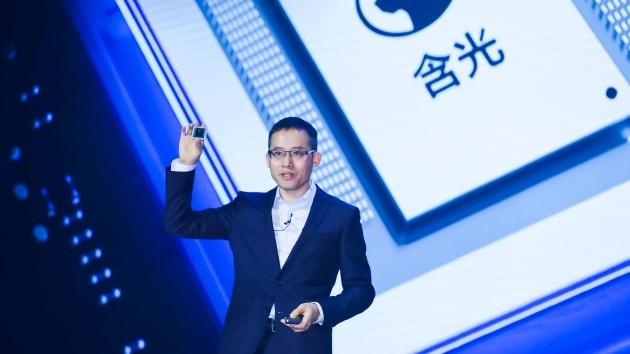 Jeff Zhang, Giám đốc Công nghệ của Alibaba đã tiết lộ chip AI đầu tiên công ty tự phát triển có tên Hanguang 800 tại Hội nghị điện toán Apsara vào ngày 25 tháng 9 năm 2019. Ảnh: CNBC