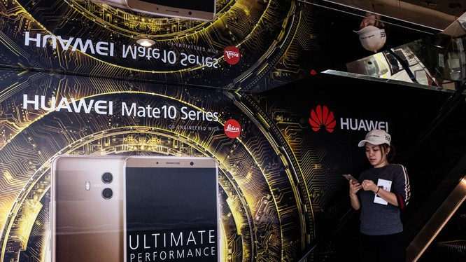 Một tấm biển quảng cáo điện thoại thông minh của Huawei tại Trung tâm thương mại Hồng Kông. Ảnh: NY Times