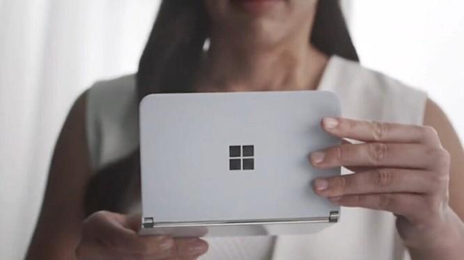 Chiếc Surface Duo của Microsoft. Ảnh: PhoneArena