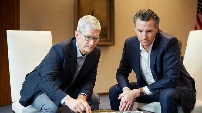 CEO Tim Cook và Thống đốc bang California, ông Gavin Newsom đang thảo luận về vùng đất San Jose mà Apple đang chuẩn bị cho kế hoạch xây dựng nhà ở giá rẻ. Ảnh: TechCrunch