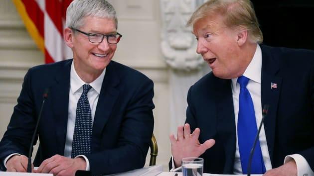 CEO Tim Cook của Apple và Tổng thống Donald Trump trong một cuộc họp tại Nhà Trắng vào ngày 6 tháng 3 năm 2019. Ảnh: CNBC