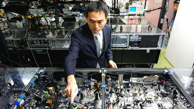 Giáo sư Akira Furusawa tại Đại học Tokyo, thuộc một nhóm nghiên cứu của Nhật Bản đang làm việc trong mảng điện toán lượng tử nhằm tìm cách chế tạo một cỗ máy lượng tử có thể làm việc ở nhiệt độ phòng. Ảnh: Nikkei Asian Review