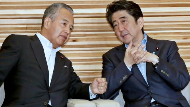 Akira Amari, người đứng đầu Ủy ban nghiên cứu thuế của Nhật Bản nói chuyện với Thủ tướng Nhật Bản Shinzo Abe. Ảnh: Nikkei Asian Review