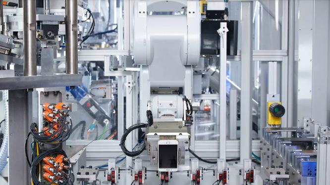 Robot Daisy của Apple đang tiến hành tháo rời iPhone để có thể tái chế lại 14 khoáng chất. Ảnh: Gadgets.NDTV