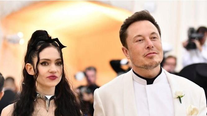 Elon Musk và bạn gái Grimes.