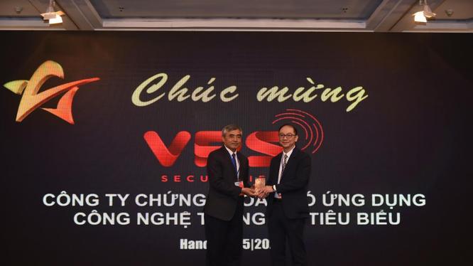 Ông Nguyễn Minh Hồng - Chủ tịch Hội Truyền thông số Việt Nam trao cúp cho đơn vị được giải thưởng Cung cấp dịch vụ tài chính tiêu biểu năm 2020