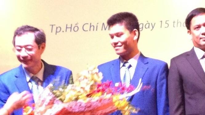 Ông Trần Lê Quyết - Trưởng Ban Kiểm soát Eximbank (đứng giữa)