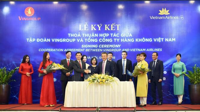 Ông Dương Trí Thành - TGĐ Vietnam Airlines và ông Nguyễn Việt Quang, Phó Chủ tịch kiêm TGĐ Tập đoàn Vingroup ký kết và trao đổi thỏa thuận hợp tác dưới sự chứng kiến của các đại diện lãnh đạo hai bên. (Ảnh: VNA)