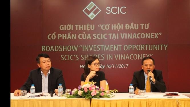 Đại diện của Vinaconex trả lời các câu hỏi của nhà đầu tư trong đợt tổ chức chào bán vốn lần đầu diễn ra ngày 16/11/2017 (Nguồn: VCG)
