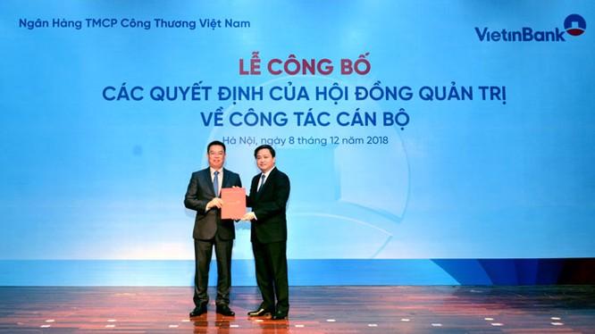 Chủ tịch HĐQT VietinBank Lê Đức Thọ trao Quyết định bổ nhiệm chức vụ Tổng Giám đốc VietinBank cho ông Trần Minh Bình (Nguồn: VietinBank)