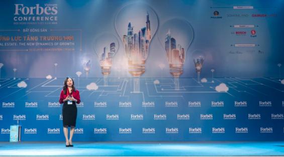 Bà Dương Thùy Dung, Giám đốc cấp cao của CBRE trình bày toàn cảnh thị trường bất động sản 2018 và dự báo năm 2019 (Nguồn: Forbes Việt Nam)