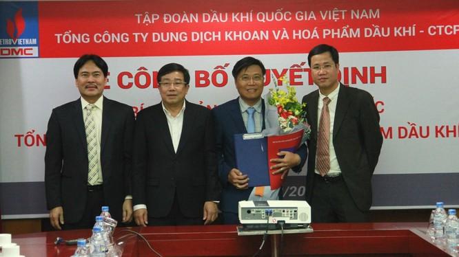 Ông Hoàng Trọng Dũng (cầm hoa) - nhận quyết định Phó Bí thư Đảng ủy, Tổng giám đốc DMC từ lãnh đạo PVN và DMC. (Nguồn: PetroTimes)