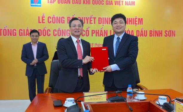 Tân Tổng Giám đốc BSR Bùi Minh Tiến (trái) và Tổng Giám đốc Trần Ngọc Nguyên (phải) ký bàn giao công tác. (Nguồn: BSR)