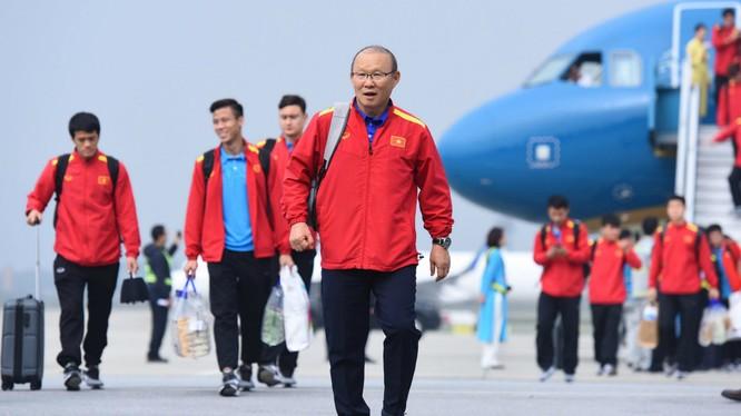 HLV Park Hang-seo cùng các tuyển thủ đã về tới sân bay Nội Bài vào lúc 14h30 chiều 26/1 (Nguồn: VnExpress)