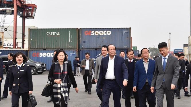 """Tổ công tác của Thủ tướng đã kiểm tra tại cảng Hải Phòng và """"truy"""" trách nhiệm của các cơ quan liên quan (Ảnh: VGP/Nhật Bắc)"""