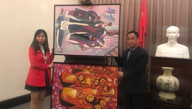Con gái họa sĩ Nguyễn Đại Giang trao tặng hai bức tranh của cha cho Giám đốc Bảo tàng Nguyễn Anh Minh