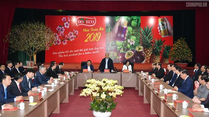 Thủ tướng Nguyễn Xuân Phúc đến thăm Công ty thực phẩm xuất khẩu Đồng Giao (Ảnh: VGP/Quang Hiếu)