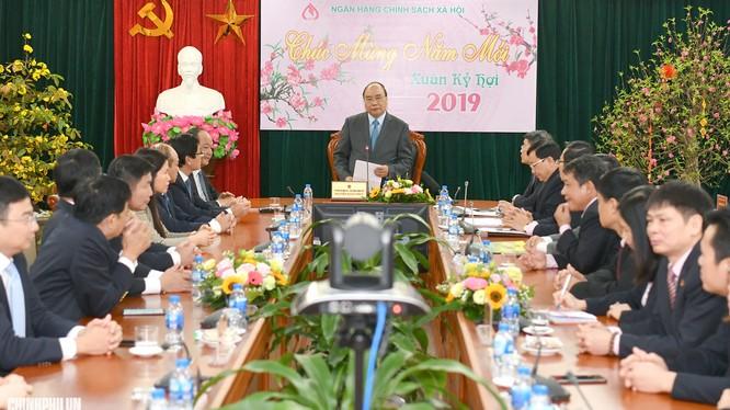 Thủ tướng Nguyễn Xuân Phúc đã đến thăm, gặp mặt cán bộ, người lao động Ngân hàng Chính sách Xã hội nhân dịp năm mới (Ảnh: VGP)