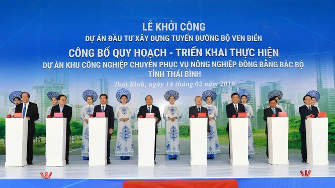 Thủ tướng Nguyễn Xuân Phúc tại buổi lễ khởi công dự án Tuyến đường bộ ven biển tỉnh Thái Bình và công bố quy hoạch, triển khai thực hiện dự án Khu công nghiệp chuyên phục vụ nông nghiệp Đồng bằng Bắc Bộ (Ảnh: VGP)