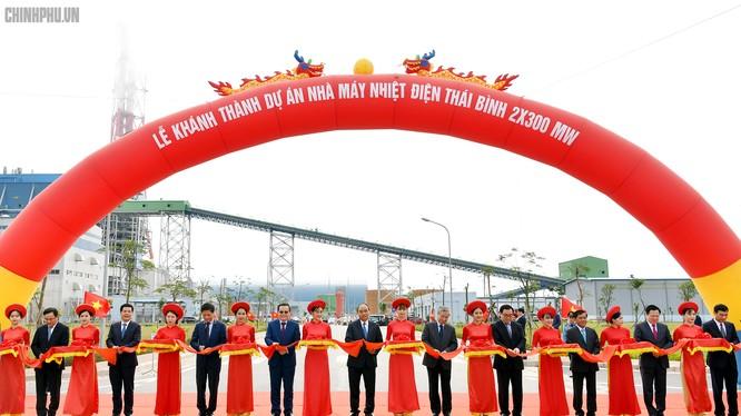 Thủ tướng Nguyễn Xuân Phúc cắt băng khánh thành Nhà máy Nhiệt điện Thái Bình 1 (Ảnh: VGP)